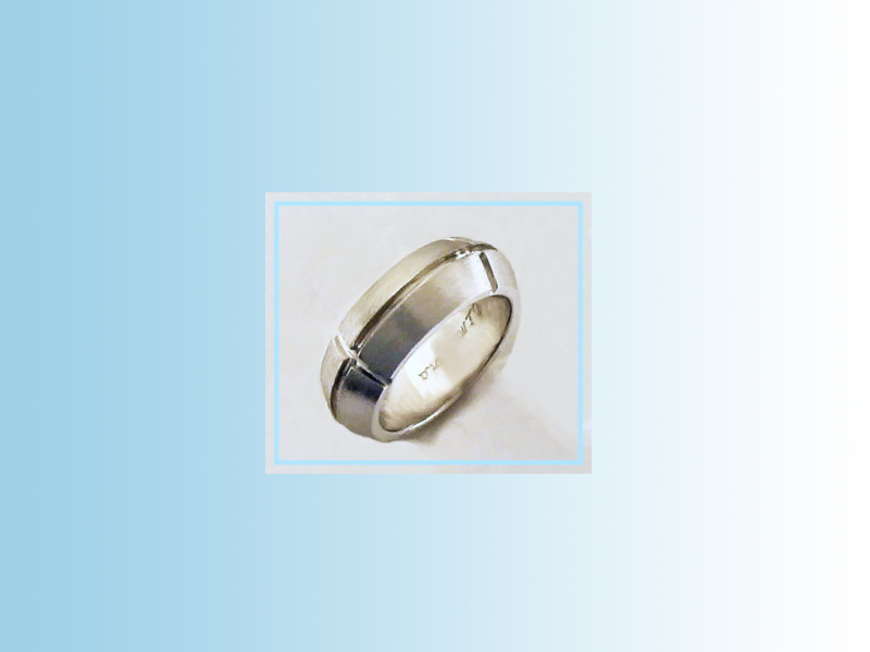 Beveled band with lateral grooves GWB003 - a heavy gents band with steeply beveled edges and four polished grooves arranged concentrically around the ring.