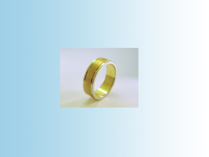 Flat two tone band GWB018 - Flat band with satin finished yellow centre and polished side bands. Fine grooves that are polished for contrast. 10K.