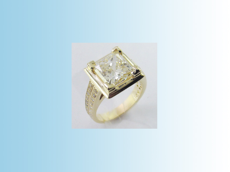 Princess cut solitaire ENG010 - A 4ct+ princess cut diamond set in a 14K yellow gold mount with diamond shoulder stones.